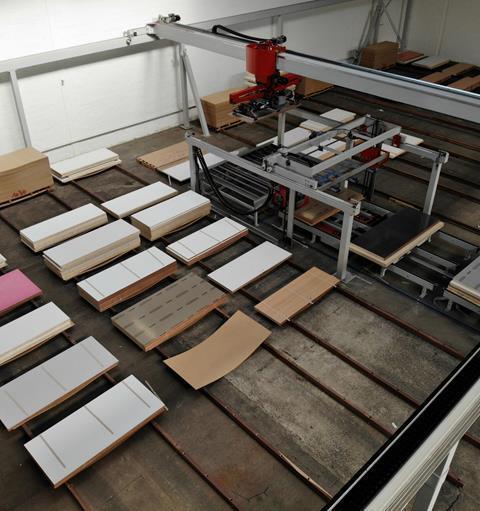 Volautomatisch magazijn voor afgewerkte deuren in gebruik genomen.